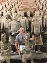 <h5>Groetjes uit China</h5><p>Corné Spitters in zijn Tiggelaar T-shirt bij het Terracottaleger van Qin Shi Huangdu - 2017</p>